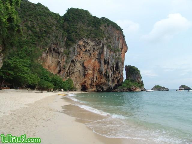 ชายหาดถ้ำพระนาง มุมโปรดที่สุดของผม ผมมาที่นี่ทุกครั้ง ที่มาไร่เลย์ เป็นชายหาดที่น้ำทะเลใส หาดทรายสวยที่สุด ปลายหาดมีถ้ำชื่อว่าถ้ำพระนาง นักท่องเที่ยวนิยมมาอาบแดดเล่นน้ำแถวหาดนี้ และโฆษณาล่าสุด เป็บซี่ โรนัลดินโย่กับฟุตบอลชายหาด ปิดฉากที่ไร่เลย์ กระบี่ บนชายหาดนี้  อันนี้ผมประมวลภาพล่าสุด  รูปภาพและประวัติ หาดถ้ำพระนาง คลิป วีดีโอหาดถ้ำพระนาง