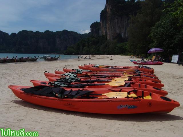 หาดไร่เลย์นี้เล่นน้ำได้ เช่าเรือพายก็ได้ หรือจะเล่นกิจกรรมต่างๆบนชายหาดก็ดี แต่ไม่ใช่กลางวันร้อนๆ ตอนนี้ ครับ