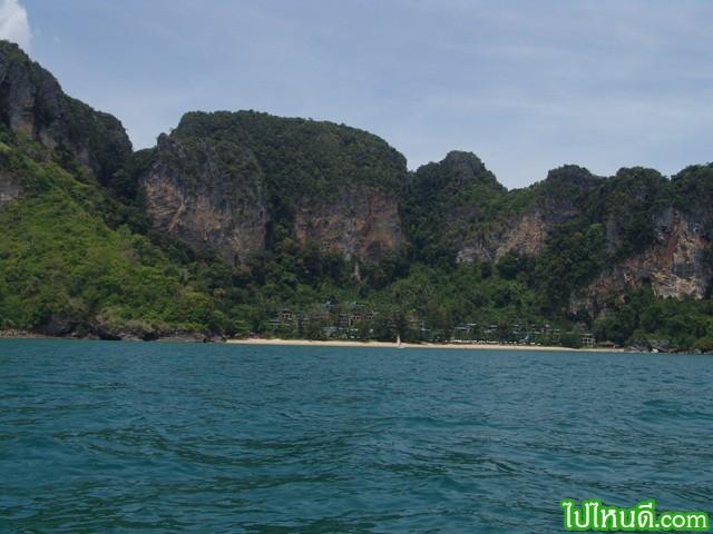 นั่งเรือหัวโทง วิ่งได้เรื่อยๆ จึงมีโอกาสเห็นวิวทิวทัศน์ได้ลึกซึ้งกว่า เห็นสิ่งก่อสร้างข้างหน้าคือ โรงแรม เซนทารากระบี่ http://www.thai-tour.com/thai-tour/south/krabi/hotel/centara-krabi/index.html