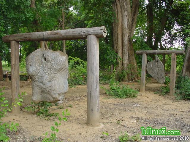 ระฆังหิน มีลักษณะเป็นแผ่นหินปูนขนาดใหญ่แบน ที่มีเจาะรูตรงกลางด้านหนึ่งในตอนแรก ยังไม่ทราบว่าเป็นแผ่นหินอะไร มักพบว่าอยู่รวมกับโบราณสถาน ซึ่งอยู่ในสมัยเดียวกับพระปฐมเจดีย์องค์เดิม จนกระทั่งปัจจุบันนี้ได้ทราบว่าเป็น