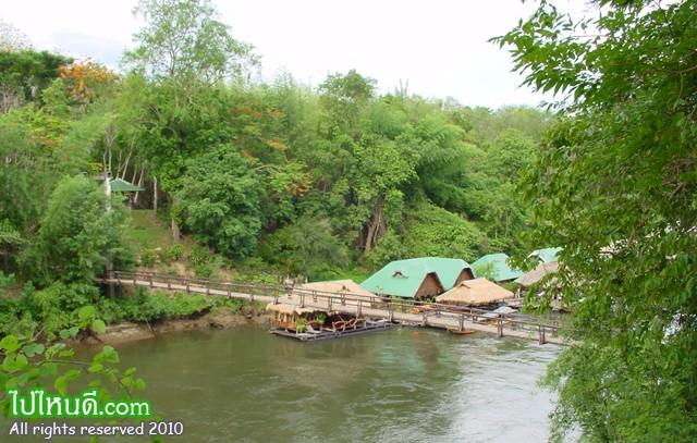 สะพานขึงข้ามลำน้ำแคว แพไม้เป็นทั่งที่พักและร้านอาหาร