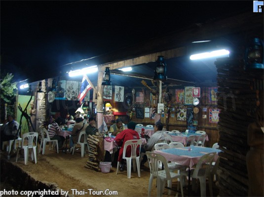 ตกดึก หากดึกมากๆ ร้านค้าจะปิดหมด หาทานไม่ได้ แต่เผอิญไปพบร้านนี้่เข้าในหมู่บ้านขอบด้ง อาหารส่วนใหญ่เป็นอาหารพื้นเมือง อาหารจีน หมูป่า ไม่ค่อยอร่อย แต่พอทานได้ รสชาติจะต่างๆ ไปหน่อย