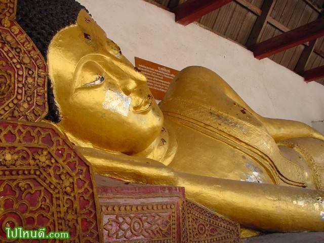 พระนอน หรือ พระพุทธไสยาสน์ เป็นพระพุทธรูปที่เก่าแก่คู่กับพระเจดีย์ แต่ไม่ปรากฏว่า สร้างขึ้นเมื่อใด และใครเป็นผู้สร้าง สร้างด้วยปูนปิดทอง เมื่อ ต.ค. 2536 ได้บูรณะใหม่ทาสีทองสำเร็จแทน มีขนาดใกล้เคียงกับพระอัฏฐารส หันพระเศียรสู่ทิศใต้ พระพักตร์หันเข้าหาองค์พระธาตุเจดีย์หลวง สูง 1.93 เมตร ยาว 8.70 เมตร