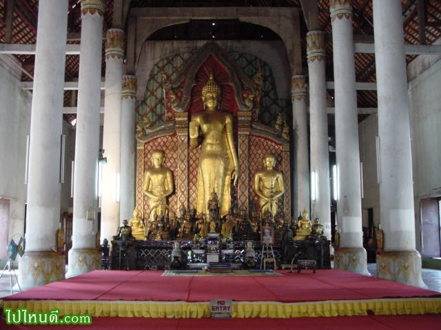 พระอัฏฐารส เป็นพระพุทธปฏิมาประธานในพระวิหารหลวง เป็นพระพุทธรูปยืนปางห้ามญาติ ได้รับอิทธิพลจากศิลปะปาละ (อินเดีย) องค์พระ หล่อด้วยทองสำริดสูงใหญ่ ปางห้ามญาติ สูง 8.23 เมตร พุทธลักษณะสง่างามที่สุดในอาณาจักรล้านนา โดยเฉพาะพระพักตร์อ่อนโยนงดงามยิ่งนัก เป็นศิลปกรรมร่วมสมัยกับพระพุทธรูปแบบเชียงแสน หรือพระสิงห์