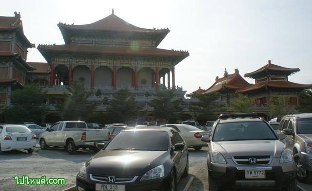 ลานจอดรถกลางแจ้ง กว้างขวางพอดู ไม่น่าจะมีปัญาหาเรื่องที่จอดรถ (หากไม่ได้มาช่วงเทศกาลตรุษจีน)