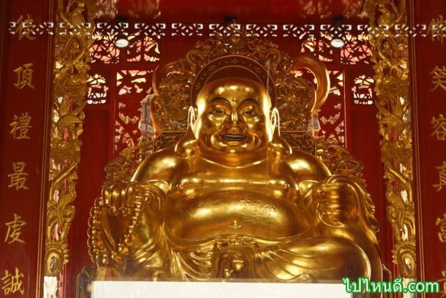 พระสังกัจจายน์ ไทย กับ พระสังกัจจายน์จีน เป็นคนละองค์กันครับ    พระสังกัจจายน์ ในวัดไทย ที่พระเศียรท่านจะมีไรผม เป็นตุ่มๆ ในขณะที่พระสังกัจจายน์จีนจะเป็นเศียรโล้นๆ ไม่มีไรผม  พระสังกัจจายน์จีน มือหนึ่งจะถือ สร้อยประคำ แต่พระสังกัจจายน์จะไม่มีสร้อยประคำ    พระสังกัจจายน์จีน จะมีพระพักตร์ยิ้มแย้มแจ่มใส มีหน้าตาค่อนไปทางจีน และไม่ใช่พระอรหันต์ของพระพุทธเจ้า แต่เป็นรูปจำลองอีกแบบหนึ่งของพระโพธิสัตว์ ศรีอาริยเมตไตรย ในคติพุทธศาสนนิกายมหายานแบบจีน เป็นที่นิยมบูชากันอย่างกว้าขวาง เพราะเชื่อกันว่า ท่านบันดาลโชคลาภโภคทรัพย์ และความเป็นสิริมงคล ให้แก่ผู้บูชา