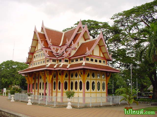 อาคารหลังนี้สร้างราว พ.ศ. 2453 เดิมเป็นอาคารสถานีรถไฟหลวงพระราชวังสนามจันทร์ (ปัจจุบันคือ ที่หยุดรถไฟพระราชวังสนามจันทร์) และย้ายมาอยู่ที่สถานีรถไฟหัวหิน