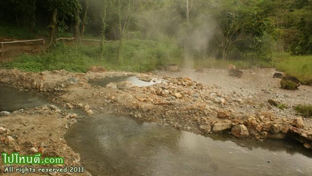 โป่งน้ำร้อนท่าปาย สภาพเป็นบ่อน้ำร้อน น้ำกำลังเดือดเป็นฟอง มีหมอกควันปกคลุมพื้นที่พร้อมทั้งมีน้ำไหลเรื่อยๆ ทั่วบริเวณกว้าง