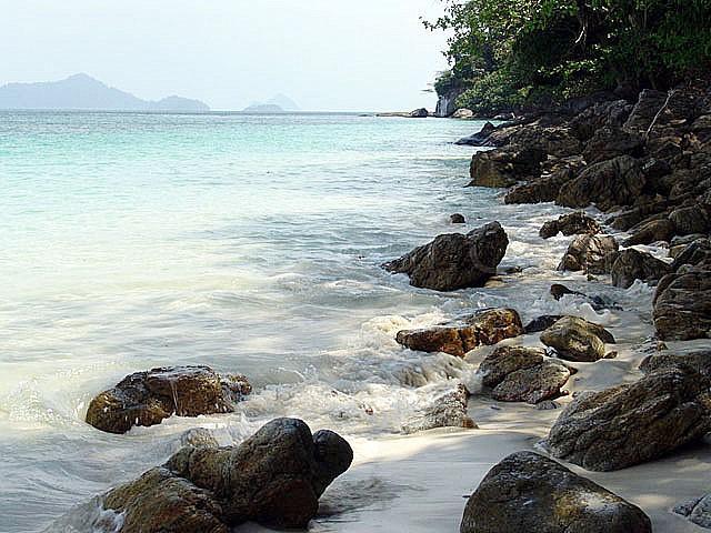 หินทรงกลมมน เรียงรายอยู่เต็มหาดไปหมดเลย