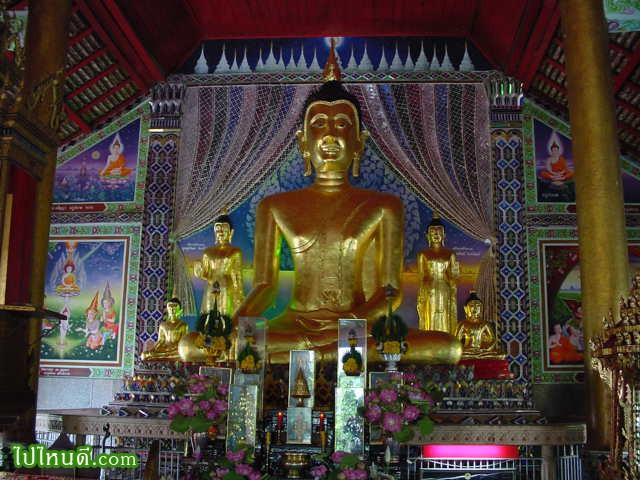 พระพุทธรูปปางมารวิชัย เป็นพระประธานในอุโบสถหลังใหญ่