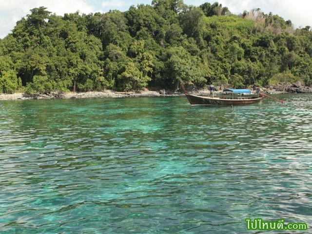 เป็นเกาะที่เงียบสงบ น้ำเป็นสีเขียว