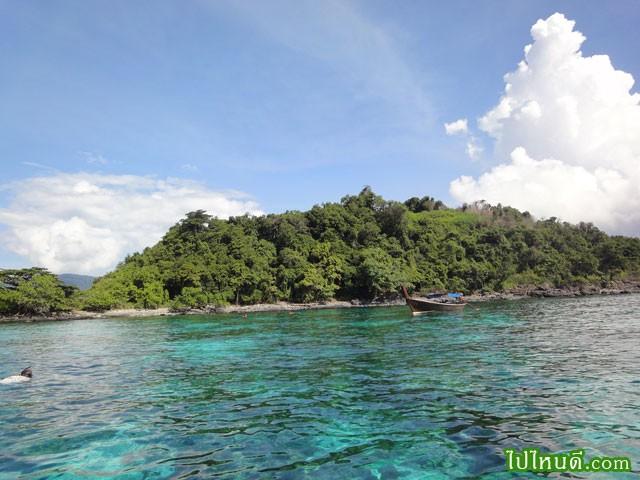 ใต้น้ำจะพบปลาสวยงาม และปะการัง