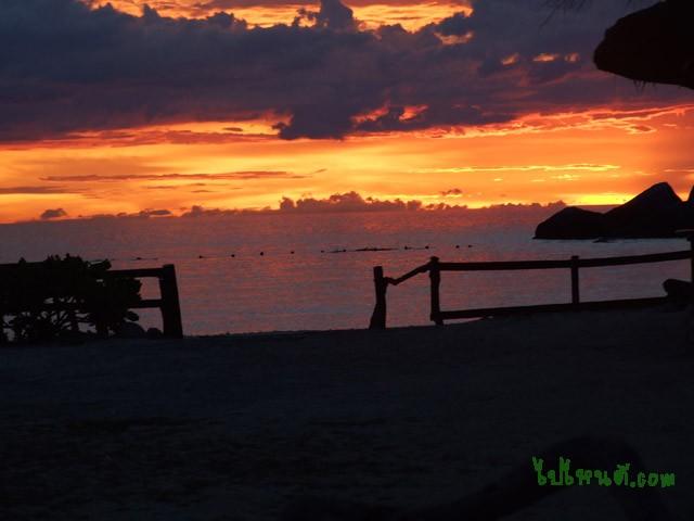 บรรยากาศของพระอาทิตย์ตกดิน ตอนเย็นหน้าชายหาด