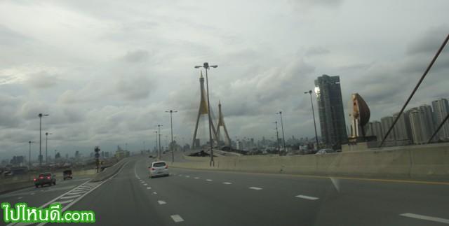 สังเกตุดีๆ จะรู้สึกแปลกๆ ว่า ทำไมข้างล่างใต้สะพาน ต้องข้ามแม่น้ำเจ้าพระยาถึง 2 ครั้งด้วย....  1) จากพระราม 3 มา สุขสวัสดิ์  2) จาก สุขสวัสดิ์ มา พระประแดง ก็ข้ามแม่น้ำเจ้าพระยาอีก
