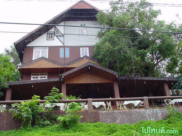 เมื่อคืน ผมพักอยู่ที่นี่  โรงแรม เล็กๆ ในป่าใหญ่ ชื่อว่า  ป่าปัวภูคา  http://www.thai-tour.com/thai-tour/North/Nan/hotel/papuaphuka/index.htm