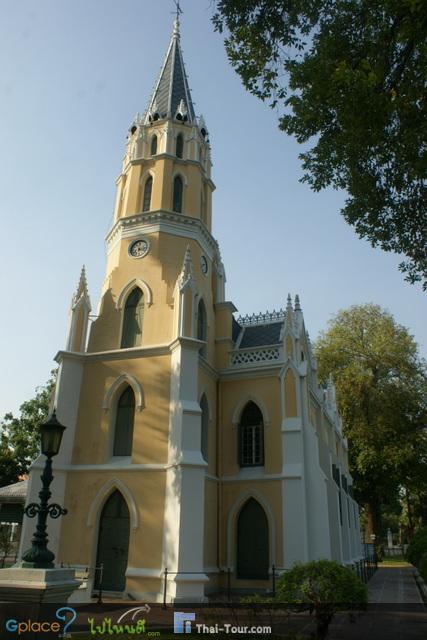 พระอุโบสถของวัดนั้นสร้างเลียนแบบโบสถ์ในคริสต์ศาสนา