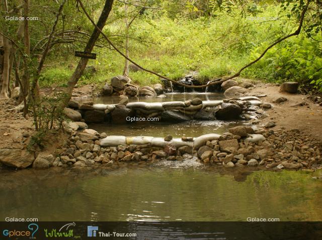 ฝายต้นน้ำแบบตาข่ายคุมหิน อยู่ในพื้นที่ อุทยานแห่งชาติห้วยน้ำดัง ประโยชน์ของฝายต้นน้ำ เพื่อช่วยลดความรุนแรงและอัตราเร่งของกระแสน้ำในลำธาร ทำให้ระยะเวลาการไหลของน้ำเพิ่มมากขึ้น สามารถบรรเทาความรุนแรงอันเกิดจากการกัดเซาะพังทลายของดิน บริเวณสองฝั่งลำธารบนพื้นที่ต้นน้ำ เพื่อช่วยกักเก็บตะกอนที่ไหลลงมากับน้ำในลำธารบนพื้นที่ต้นน้ำ ทำให้ช่วยยืดอายุของแหล่งน้ำทางตอนล่างให้ตื้นเขินช้าลง และคุณภาพของน้ำดีขึ้น เพื่อช่วยเพิ่มความหลากหลายทางด้านชีวภาพ (Biodiversity) ของระบบนิเวศน์ของป่าให้แก่ พื้นที่ต้นน้ำ ซึ่งเมื่อความชุ่มชื้นเพิ่มมากขึ้นจะทำให้ความหนาแน่นของชนิดพันธุ์พืชต่างๆ มีมากขึ้นด้วย เพื่อช่วยกักเก็บน้ำไว้ เป็นแหล่งน้ำสำหรับใช้ในการอุปโภคบริโภคของมนุษย์และสัตว์ป่า ตลอดจนการเลี้ยงสัตว์และในการเกษตรกรรม