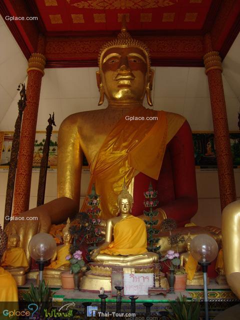 พระเจ้าแดง พระพุทธรูปประทับนั่งปางมารวิชัย ก่ออิฐถือปูนขนาดใหญ่ทาด้วยสีแดง