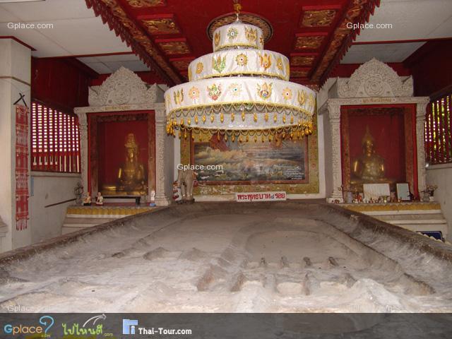 วิหารพระบาทสี่รอย ตั้งอยู่หลังวิหารพระพุทธ ภายในประดิษฐานรอยพระพุทธบาทจำลองมาจากอำเภอแม่ริม จังหวัดเชียงใหม่