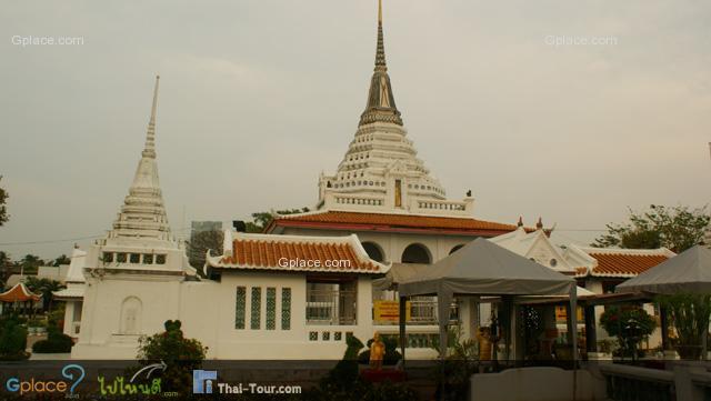 พระมณฑป สถาปัตยกรรมไทย รูปเจดีย์ย่อเหลี่ยมไม้สิบสอง อยู่กลางสระมีน้ำล้อมรอบ