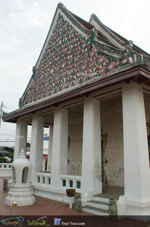 พระอุโบสถเก๋งจีนตามแนวกำแพงแก้วที่รายล้อมพระอุโบสถ