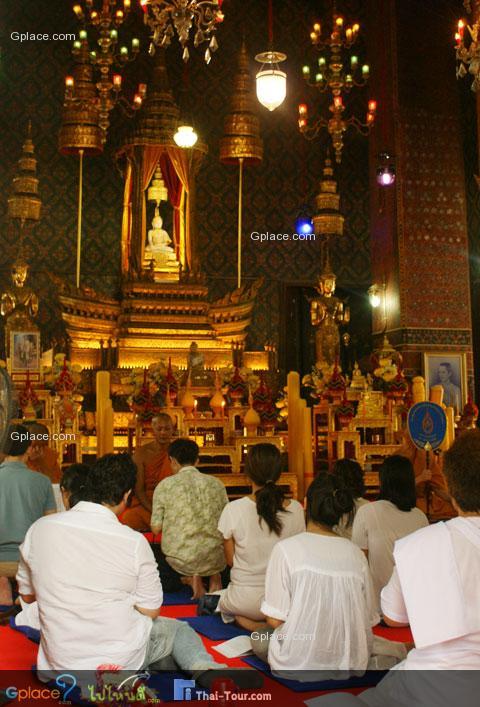 """พระประธานนั้นสร้างด้วยศิลาขาวบริสุทธิ์ เรียกว่า """"หลวงพ่อขาว"""" อัญเชิญมาจากพระบรมมหาราชวัง พระบาทสมเด็จพระเจ้าอยู่หัว รัชกาลปัจจุบัน เฉลิมพระนามว่า"""