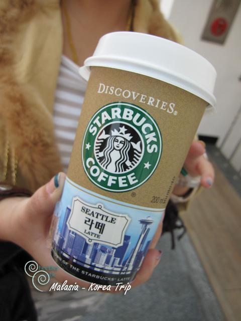 เช้านี้อากาศเย็นพอสมควร หลังจากได้ชิมกาแฟจืดๆ จากที่พักเมื่อวานเราจึงคิดได้ว่าควรจะหากาแฟอย่างอื่นดิ่มจะดีกว่า นี่เลยกาแฟที่เลือกแล้วว่าน่าจะโอเคกว่ากาแฟอื่น ถึงจะไม่อร่อยเท่าบ้านเราก็พอไปได้ล่ะ