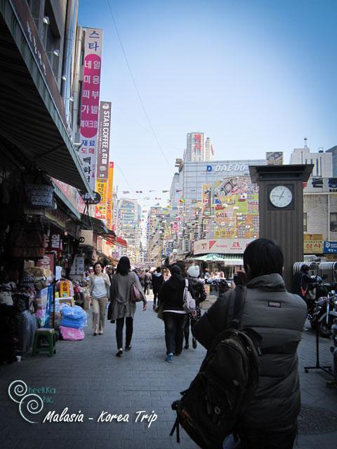 สถานีต่อไปก็คือ ตลาดนัมแดมุน เราจะไปซื้อของฝากกันจ้า แต่คิดผิดมากมาย ทำให้เรามีสัมภาระมากมาย