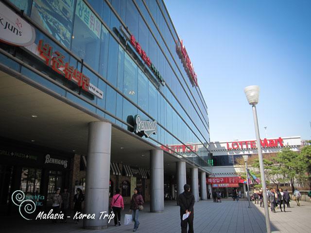 หลังจากนั้นสถานีต่อไป seoul station เราก็มุ่งหน้าไปที่ lotte mart ค่ะ เพื่อไปซื้อขนม และ ก็ฝากของด้วยค่ะ