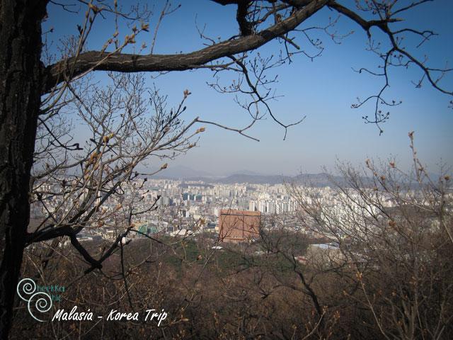 สถานถัดไปของเราคือ Seoul Tower ค่ะ เรามาถ่ายรูปที่จุดชมวิวก่อนค่ะ หนาวมาก