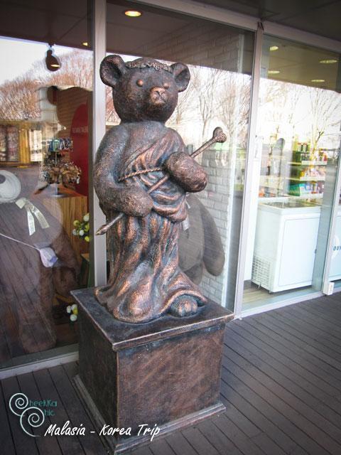 รูปปั้นหน้าร้านเท็ดดี้แบร์ค่ะ