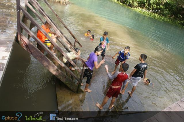 เด็กๆ กำลังเล่นน้ำ อย่างสนุก