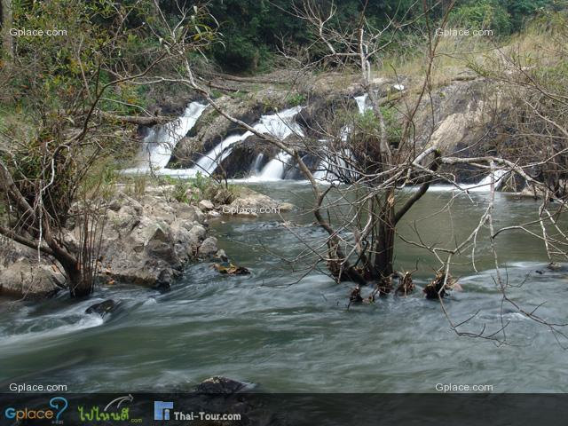 น้ำตกกองแก้ว  เป็นน้ำตกเตี้ยๆ ที่เกิดจากห้วยลำตะคอง ในฤดูฝนจะดูสวยงามมากเหมาะสำหรับการเล่นน้ำ ใกล้บริเวณน้ำตกจะมีสะพานแขวนลำห้วยถึง 2 สะพาน ห้วยลำตะคอง เป็นแนวแบ่งเขต 2 จังหวัด คือ จังหวัดนครนายกและจังหวัดนครราชสีมา น้ำตกแห่งนี้อยู่ห่างจากศูนย์บริการนักท่องเที่ยวเขาใหญ่ ประมาณ 100 เมตร
