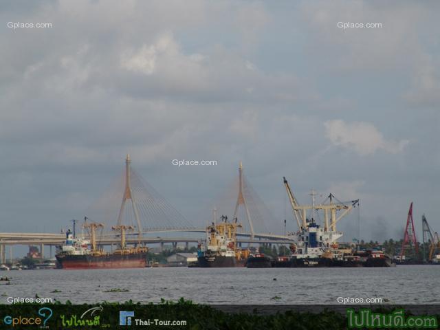 เรือสินค้า... สมัยก่อนแถวนี้เป็นโรงไม้ โรงเก็บข้าว และโกดังเก็บสินค้าต่างๆ มากมาย เรือสินค้าที่แล่นมาจากปากอ่าวผ่านมาจากท่าเรือคลองเตย ก่อนที่จะเข้าเยาวราชก็มักจะมาพักเรือ หรือเก็บสินค้าแถวย่านนี้... สะพานที่เห็นไกลๆ คือ สะพานวงแหวนอุตสาหกรรม (ไม่ใช่สะพานพระรามเก้า) น่ะ