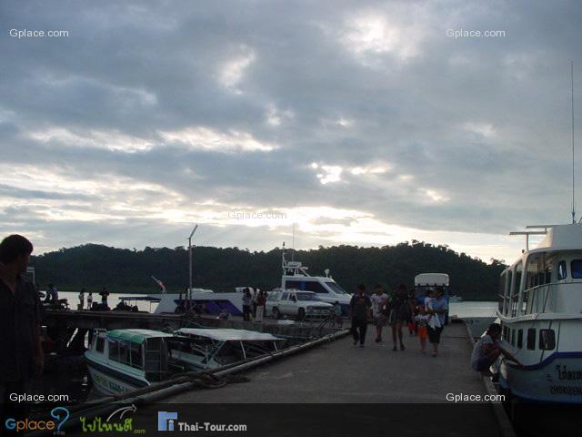 ท่าเรือบนฝั่ง เตรียมไปเกาะสิมิลัน เราควรไปถึงก่อนเที่ยวเรือ ซึ่งส่วนใหญ่เริมประมาณ 07.30-08.00 น.