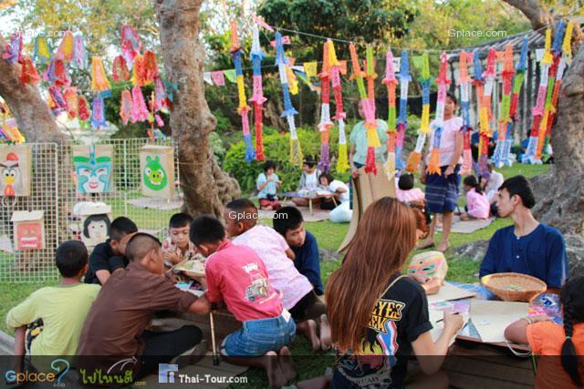 กิจกรรมกลุ่มลูกหว้า เหมาะสำหรับเด็กๆ เปิดกิจกรมม 17.00-20.00 น. ระบายสีลงถุงกระดาษ ทำห่อการาบูน ฯลฯ