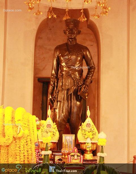 หลังพระพุทธรูป ในองค์ปราสาท คือ รูปปั้นล้นเกล้ารัชกาลที่ 4