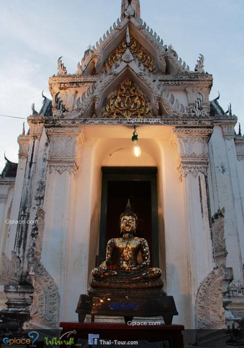 องค์พระพุทธรูปหน้าปราสาท
