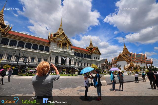 นักท่องเที่ยวทั้งชายไทยและต่างประเทศหลั่งไหล่เข้ามากันเยอะจริงๆ