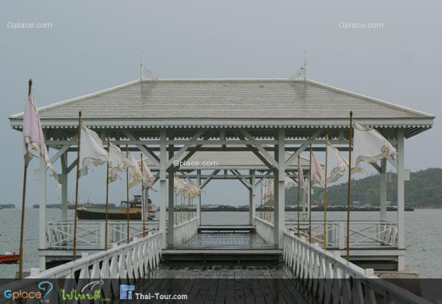 """สะพานอัษฎางค์ เป็นสะพานท่าเรือขนาดใหญ่ สร้างด้วยไม้สักทาสี มีป้ายบอกนามสะพานทั้งภาษาไทย ภาษาจีน ภาษาอังกฤษเป็นข้อความดังนี้ """"สะพานอัษฎางค์ รัตนโกสินทร์ศก 110 สร้างสมัย ร. 5"""""""