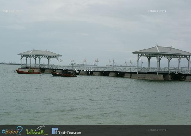 สะพานอัษฎางค์อยู่ในบริเวณพระตำหนัก เป็นสะพานที่รัชกาลที่ 5 ท่านทรงใช้เป็นท่าขื้นเทียบเรือ หลังจากที่เสด็จประพาสฝรั่งเศส สภาพหลังการบูรณะใหม่ให้เหมือนเดิมทั้งหมด