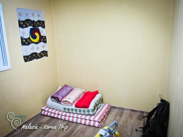 หลังจากนั้นก็กลับไปพักผ่อนที่พักด้วยแท็กซี่อีกเช่นเคย อาจจะงงๆ กับการบอกทางนิดหน่อยแต่ก็ถึงที่พักโดยสวัสดิภาพ ที่พักของเราเล็กๆ มีห้องน้ำในตัวที่แยกออกมาจากห้องนอนค่ะ จะมีประตูสองชั้น แยกห้อง cheekka จองผิดได้เป็นแบบปูฟูกพื้นเมืองเลยค่ะ แต่ก็นอนได้สบายมากค่ะ เพราะเรานอนแป๊ปเดียว จริงๆ ข้อดีของห้องเล็กคือเปิดฮีทเตอร์นิดเดียวก็อุ่นแล้วค่ะ เพราะอากาศตอนกลางคืนหนาวมาก