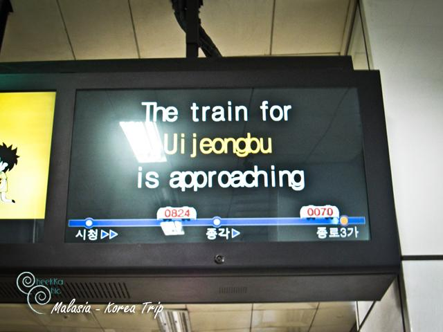 วันนี้หลังจากหากาแฟดื่มแก้หนาวตอนเช้าแล้ว เราจะต้องไปซื้อตั๋วรถไฟแบบอันลิมิตกัน ที่เดิมที่เรามาเมื่อคืน เพียงแต่ว่านั่งรถไฟใต้ดินไป ตั๋วนี้สามารถใช้ได้ 3 วัน และใช้นั่งรถบัสชมเมือง โซลซิตี้ทัวร์ได้ด้วยจ้า ดังนั้นเราจึงต้องไปซื้อจากที่เราไปมาเมื่อวาน ทงแดมุนค่ะ โดยนั่งรถ subway ไปแบบเดิม เราลงบันไดรถไฟใต้ดินสถานีที่อยู่ใกล้ๆ กับเกสเฮาท์ค่ะ สถานีที่นี่มีรถไฟใต้ดินหลายสายมาก เราจะต้องเดินไปขึ้นรถไฟสายหนึ่ง เดินไปไกลมาก และระหว่างเรารอรถไฟก็จะมีทีวีแบบนี้แสดงว่ารถไฟที่เรารอกำลังจะมาแล้ววิ่ง ไล่กันมาเลยทีเดียว ^^ อยากให้บ้านเรามีแบบนี้มั่งจัง