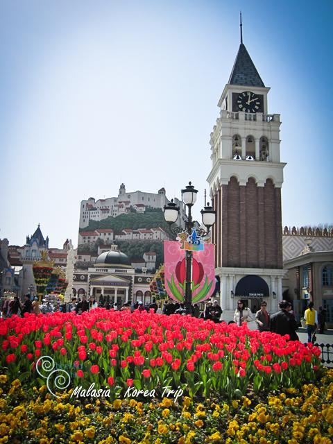 มาถึงแล้ววว!!! เอเวอร์แลนด์แดนสวรรค์ ช่วงนี้เค้ามีเทศกาลดอกทิวลิปกัน สวยมากค่ะ มาถึงเราก็กดชัตเตอร์กันไม่ยั้ง แบบว่าสวยทุกมุมอะค่ะ ดอกไม้สีสันสดใสสถานที่็ก็เหมือนหลุดไปในดินแดนแฟนตาซีเลยค่ะ เล่นเอาสวนสนุกบ้านเราหมองกันเลยทีเดียว