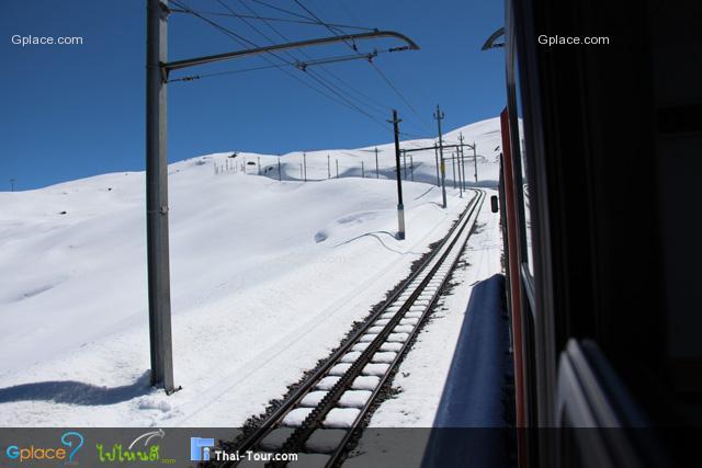 รถไฟยังคงไต่ขึ้นเขาไปเรื่อย...เกือบสุดแล้ว...รถไฟขึ้น Gornergrat เปิดหน้าต่างได้  ผมดูรอบๆไม่เห็นภูเขาไหนมาบัง หมายความว่า จวนจะถึงแล้ว