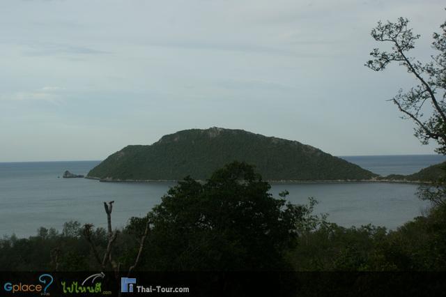 จุดชมวิวระหว่างทางไปถ้ำพระยานคร เกาะที่เห็น คือ เกาะสัตกูด