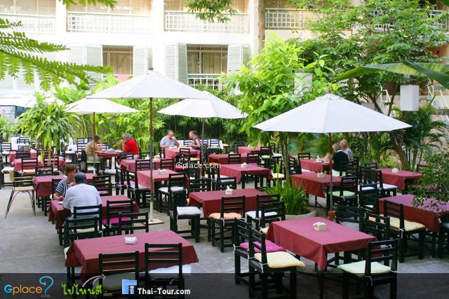 ปิดท้ายด้วยร้านอาหารของทางโรงแรม มีทั้ง Indoor และ Outdoor ที่สามารถรองรับได้หลายท่านเลยทีเดียว