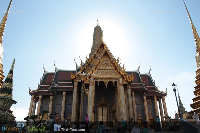 The main building is the central ubosoth, which houses the statue of Emerald Buddha.