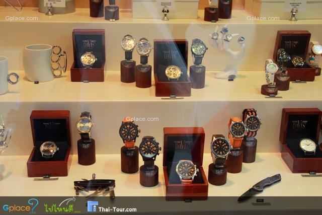 สินค้ายอดนิยม อันดับ 1 นาฬิกาข้อมือ...แต่ละร้านจะตั้งขายราคาเท่ากันครับ มีส่วนลดได้นิดหน่อย 3-5% แล้วแต่ร้าน แล้วแต่เมือง ผมไม่ซื้อหรอก..เพราะมีอยู่แล้ว 1 เรือน ราคาถูกกว่าเมืองไทย นิดหน่อย 5-7% ไม่มาก แต่ที่นิยมสุดๆ ก็ต้อง Rolex (ร้านอยู่ข้างหน้านี้เอง)