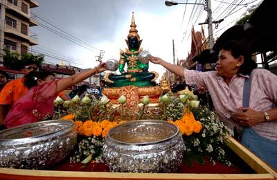ประเพณีสงกรานต์ไทยมอญปากเกร็ดอำเภอปากเกร็ดจังหวัดนนทบุรี